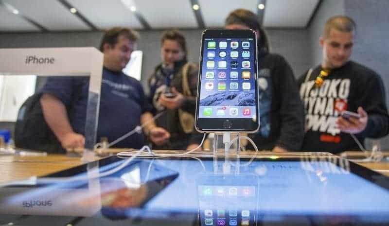 People try out the newly released iPhone 6 at the Apple store in Berlin
