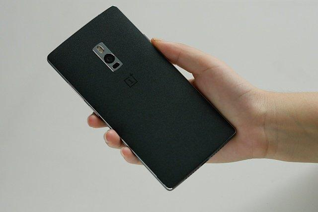oneplus 2-hands-on-black-rear-side